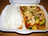 """restované pikantní kuřecí maso se zeleninou """"kungpo"""" a rýží"""