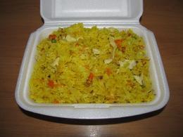 rizoto s kuřecím masem, zeleninou a vejcem